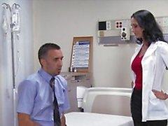 Dick big - tit brunette slet arts Ava Addams rijdt patiënt