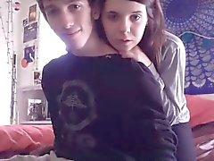 Junge Paare leuchten ihre Webcam mit Oralsex und screwi