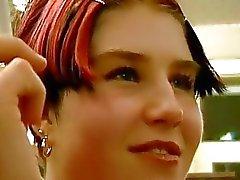 Jeune fille rousse battait dur dans la salle WC