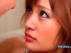 Sexy Aziatische meisje geven Handjobs Fucked door 2 jongens op de leunstoel
