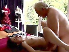 Unge thailändsk och gammal Sexig senior Bruce fläckar en adorable flick