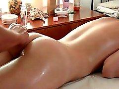 L'huile de massage Erotic se détend enfin lui trou du cul serré