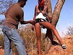 Afrikalı seks kölesi önyükleme ağaca bağlanmış olurken spanked alır
