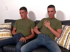 Straight Army Big Dick Twins Masturboi katseltaessa pornoa