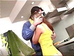 Hete tiener brunette eet zijn lul voor de lunch en wordt geneukt in de keuken