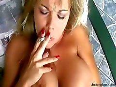 Peituda fuma Âmbar loira enquanto recebendo seu bichano lambido e é pego