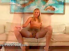 Baby sitter Blonde su di pelle bianca divano