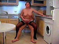 Fru knullade i köket Michaele från 1fuckdatecom