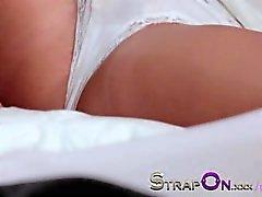 Arkasından her girlfreind lanet olası StrapOn Muhteşem bir sarışın tatlı şey