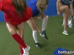 Bando de jogo de futebol amador meninas impertinente e mastigando