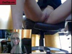 Dildo no escritório fucking pussy jovem loira masturbar no trabalho ass