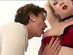 Les lesbiennes anglaises Mature suce nichons