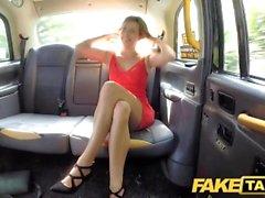 Fake Taxi Lady lyhyessä mekko saa taksin creampie