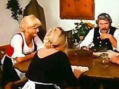 Farm de idade homem agrada Loira mais jovens por sua mesa de jantar