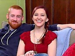 Nerviosa pareja de aficionados va a una fiesta swinger para cambiar