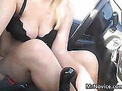 Jeune fille blonde jouer avec sa chatte Dans l'auto