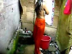 Бангла Desi деревенской девушки купаясь в Дакке