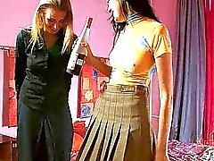 Betrunkener Teenager Lesbe Küken fucks ihrem Geliebten mit einem strapon