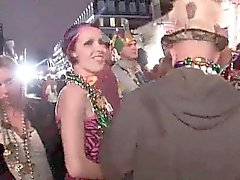 Random Amateure blinken in der Öffentlichkeit während Karneval