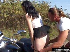Genç Simone bir bisikletçinin tarafından becerdin alır açık havada