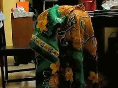 Bangladeshi ländlichen Frau Bücken
