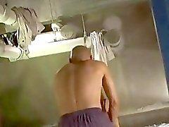 Fille de gros seins Rouler sur Guy baisé Cum Pour poitrine du matelas pneumatique dans la The Bathroom Vous