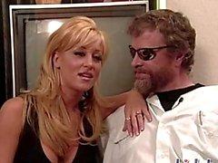 Jill e Coralli a fare l'amore a un bar