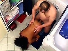 Tarado corpulento bombeia adolescente bonita que Africano no local de repouso