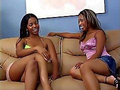 Kuumaa lesbo duo on sohvalla Sormipeli sekä nauhan päällä fucking wet pilluja kovaa