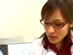 Infirmière asiatique suçant goulûment coq patients