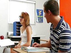 L'étudiante mignon chevauche la queue au salle de classe