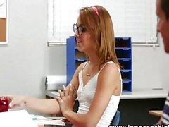 Ragazza teenager sveglia del siede sul cazzo in classe