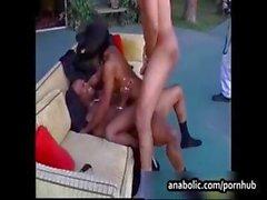 Abanoz Nicolette iki siyah horoz alır ve cumshot ile delinmiş olur