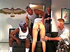 Petite esmer erkek arkadaşı önünde iki büyük horoz alır