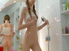 adolescenza gode con la doccia