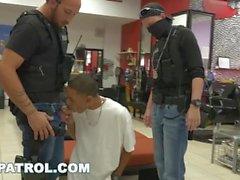 GAY Patrol - sospechoso de robo Negro aprehendido y follada por policías