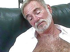Caldi interracial gay con ragazzo maturo