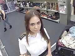 Pedone bellimbusto sbatté questo grazioso assistente di volo di Latina nel gabinetto