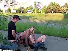 Street Общественный Пол оргии в Красивая блондинка девушка