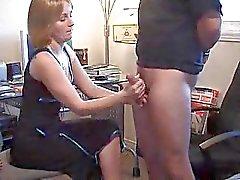 Bir handjob giving güzel bir kız