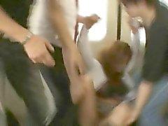 Школьница в беде с поездом Pervs !