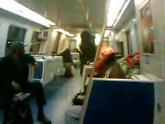 Menina preta mija no trem