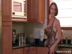 Brunette MILF, com enormes peitos falsos , sendo fodida na cozinha