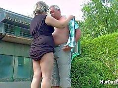 Engelska Tyska farfar och farmor knulla i Trädgårds