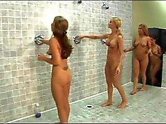 Горячие девочки женского общества при самоуверенный синицы валять дурака влагалищах друг у друга на душем