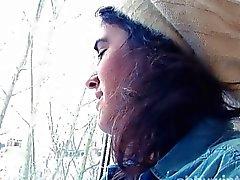 El coño peludo expone ventana