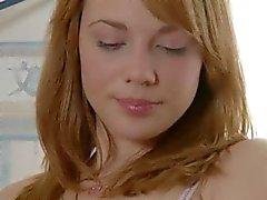 Rosa dildo em sua boca e buceta peluda