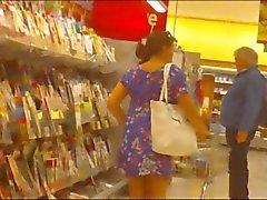 alışveriş merkezinde etek yukarı
