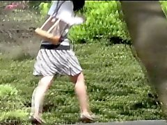 Adolescente asiático parkbench fazer xixi