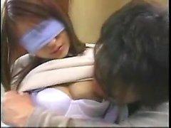 Teen asiatique répand ses lèvres de chatte poilue